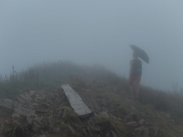 jeden ze szczytów Caryńskiej we mgle