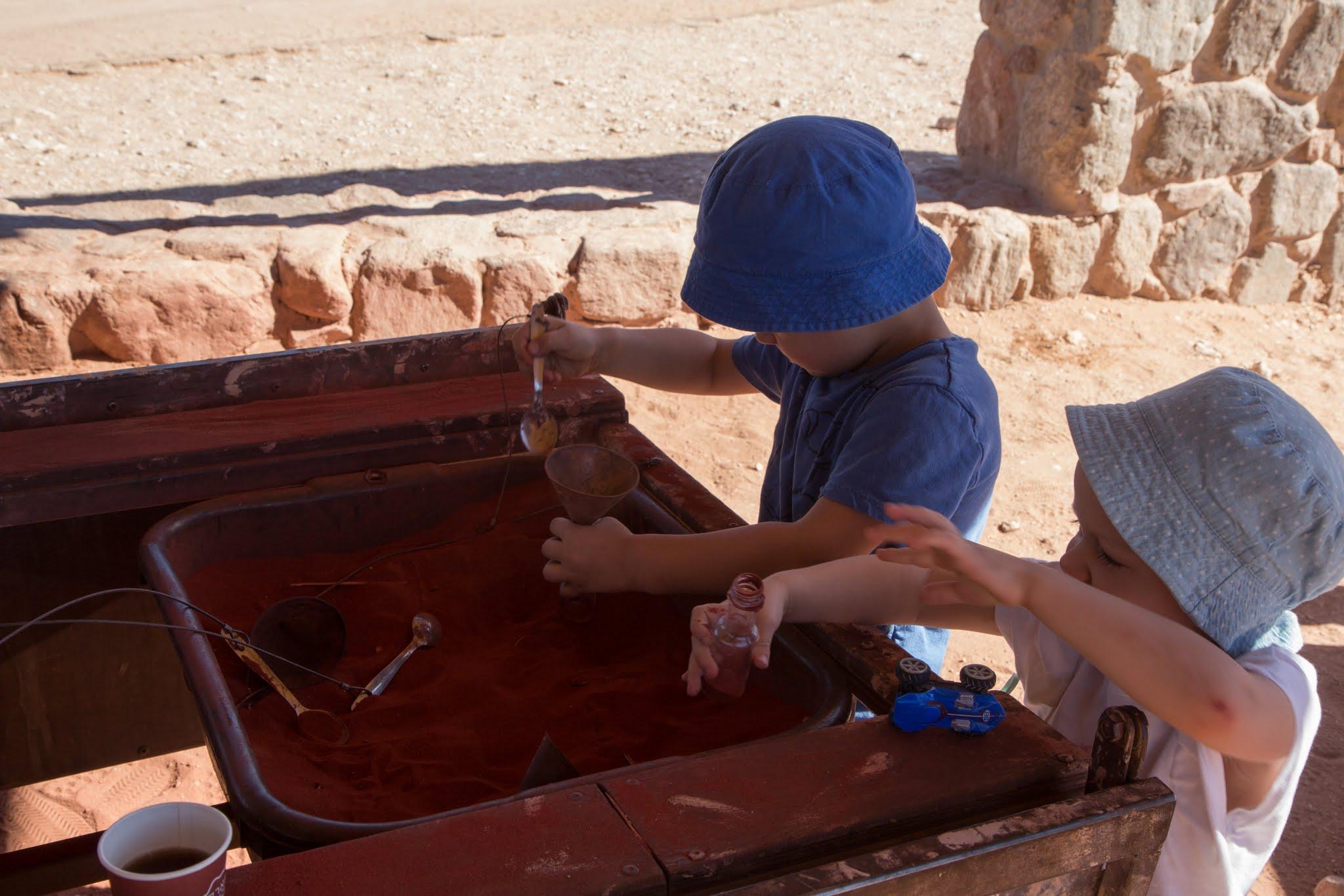 Timna Park w Izraelu, korowy piasek w buteleczkach