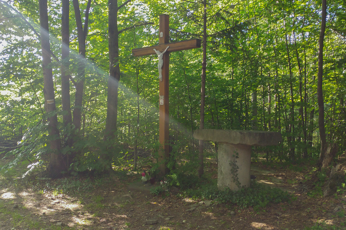 Czupel - Beskid Mały, ołtarz i krzyż